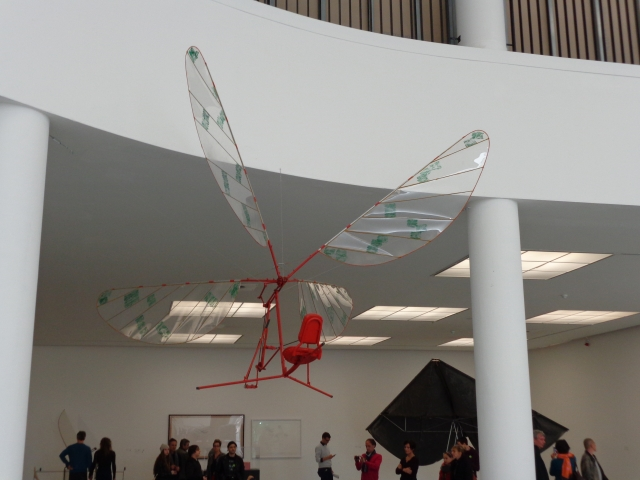 The Helicopter as a Potential Winner - One of the many flying objects by Panamarenko - Een van de vele vliegobjecten van Panamarenko