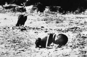 Een peuter uit Sudan, die in 1993 symbool kwam te staan voor de hongersnood in Afrika. De fotograaf, Kevin Carter, pleegde een jaar na de foto zelfmoord. Hij kon al het leed dat hij had gezien niet meer aan.