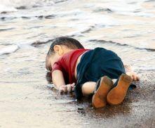 De driejarige Aylan Kurdi afkomstig uit Kobani, een Koerdische stad in het noorden van Syrië, die per boot op weg van Turkije naar Griekenland, de ingang van Europa niet haalde.